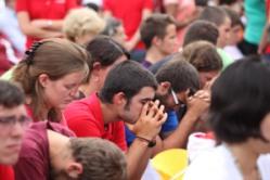 jovenes_rezando12
